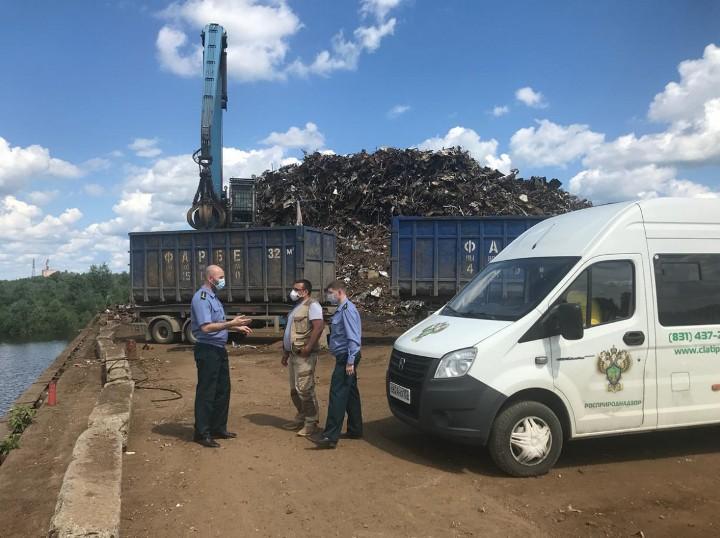 Свалку металлолома обнаружили сотрудники Росприроднадзора на грузовом причале в Досчатом
