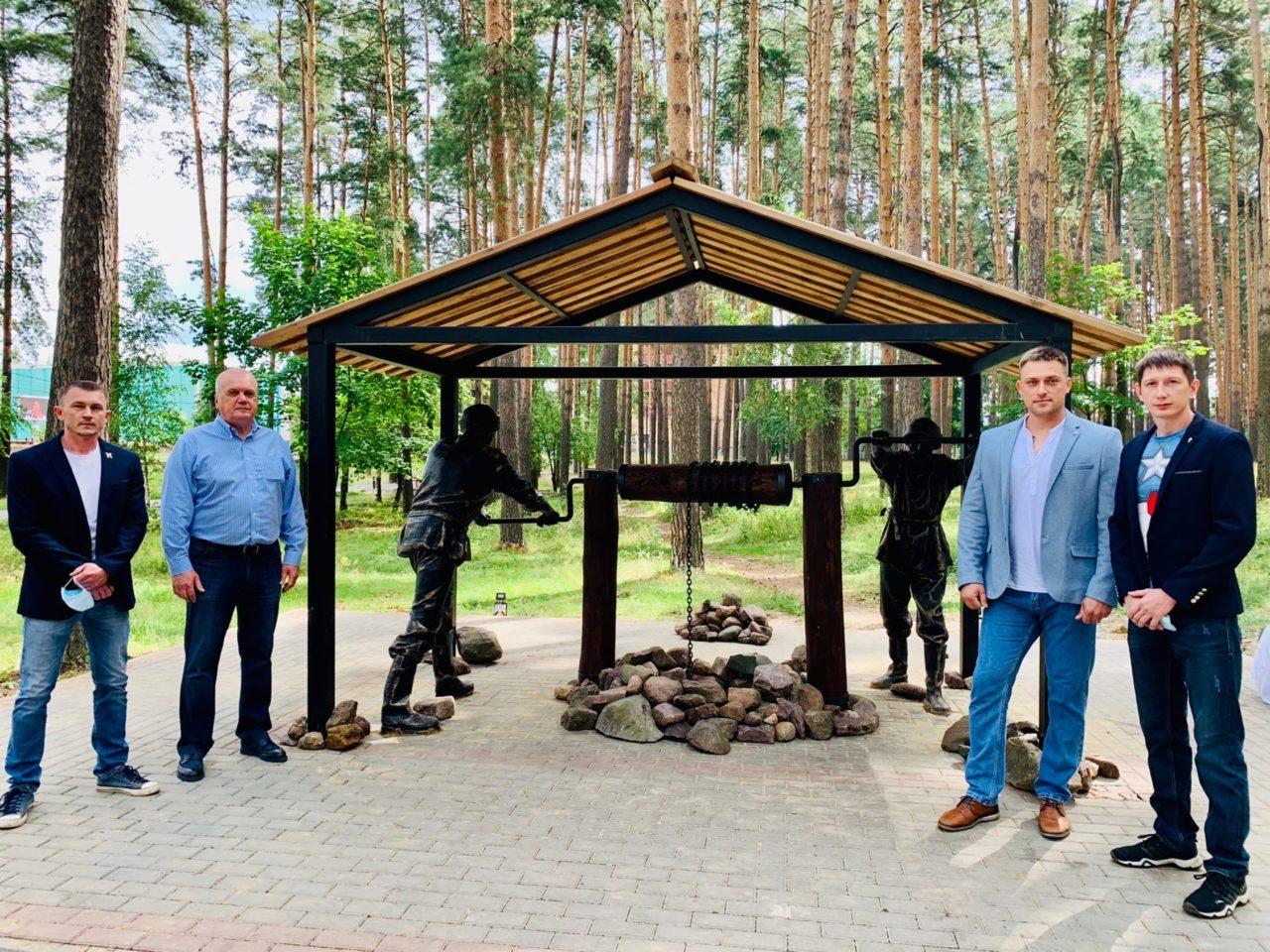 Ко Дню города и Дню металлурга в посадке установили полноразмерную скульптуру