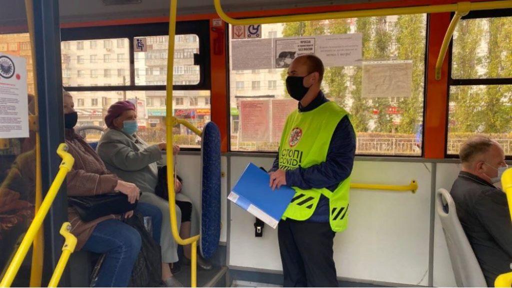 Водитель вправе остановить автобус и не продолжать движение, пока пассажир не наденет маску