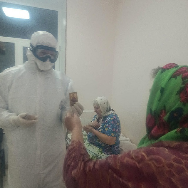 Епископ Варнава посетил Выксунскую ЦРБ, где лечат инфицированных коронавирусом