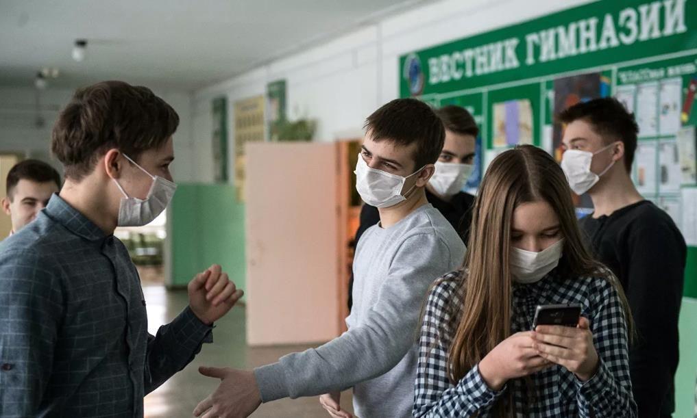 Роспотребнадзор продлил введенные из-за коронавируса правила для школ до 2022 года