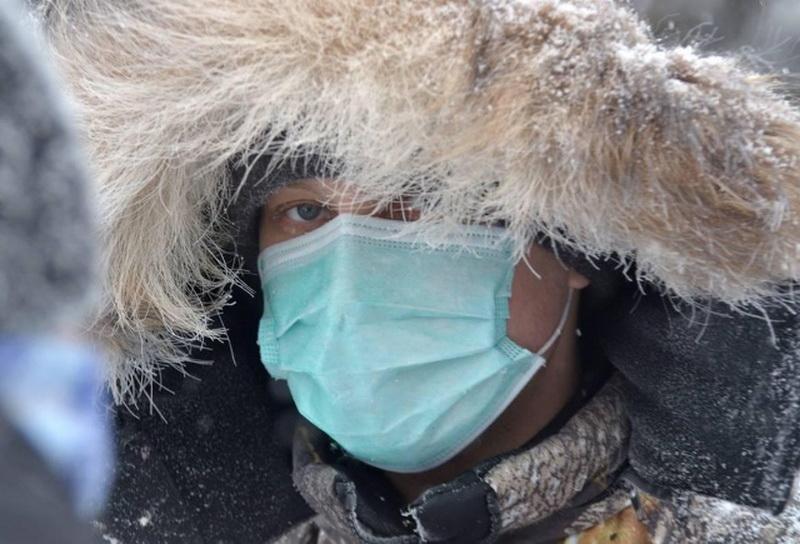 Врачи объяснили, почему не стоит носить маску на улице в мороз